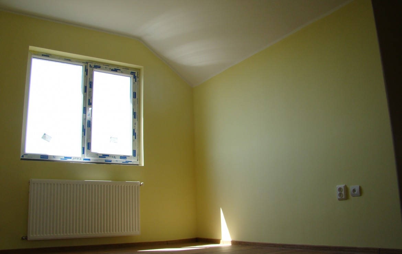 casa bran dormitor galben